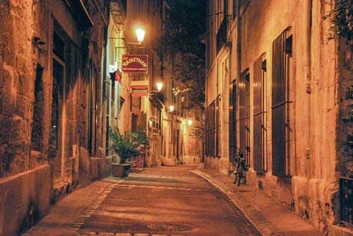 Tourisme dans le vieux centre de Montpellier place du Peyrou et la cathédrale Saint-Pierre